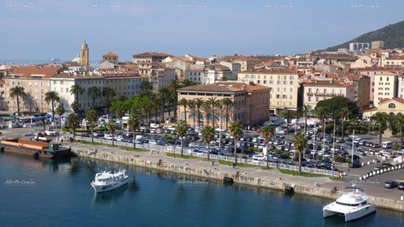 il_porto_turistico_e_la_casa_comunale